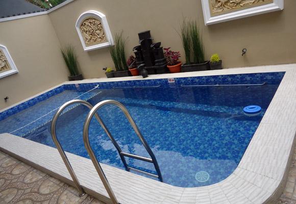 villa batu dengan kolam renang